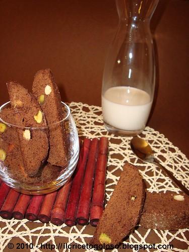 Cantucci con mandorle, pistacchi e cioccolato bianco