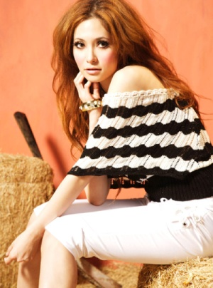 white knit top. pretty black and white knit