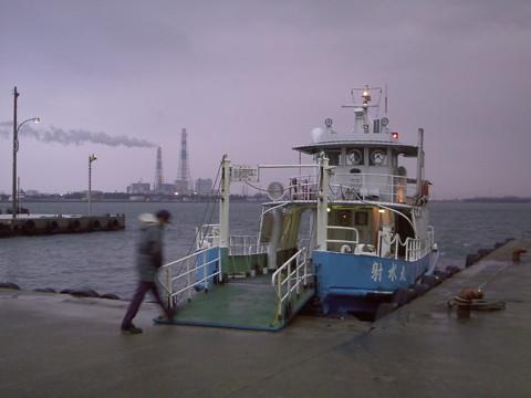 氷雨の越ノ潟発着場で出港を待つ射水丸