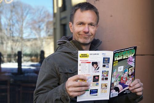 Frode Øverli med sitt nye blad Rutetid. Fra lansering av humorbladet Rutetid fra Egmont Serieforlaget på Last Train i Oslo, 15. mars 2010.