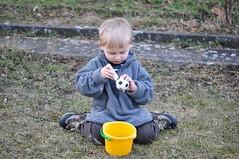 Mdunud ndalal (anuwintschalek) Tags: garden austria march spring 85mm garten kalle 2010 frhling kodu aed pall kevad wienerneustadt lapsed micronikkor nikond90 joonistab mber kriit malkreiden strassenmalkreiden vrvilisedkriidid