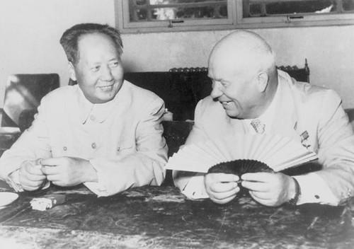 激しい舌戦を繰り広げているに違いない毛沢東とフルシチョフ