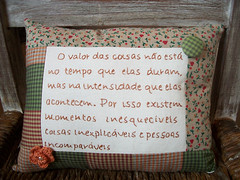 Almofada (CANELA COOL by CAROL) Tags: crochet botão patch almofada bordado