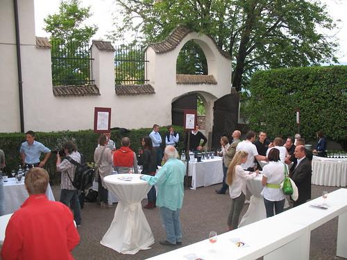 Verkostung von Rotweinen nd Weissweinen in historischem Gemäuer