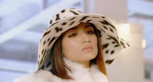 ダルメシアン柄のつばの広い帽子をかぶっている佐田真由美の画像