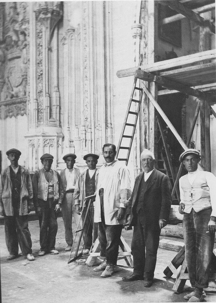 Obreros de la restauración del Monasterio de San Juan de los Reyes a inicios del siglo XX. Fotografía Rodríguez