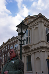 Hij leidde, wij volgden...soms (Ciao Anita!) Tags: netherlands streetlamp nederland denhaag palace guide palazzo thehague olanda gezellig lampione citywalk flickrmeetup paleis guida fmu zuidholland lantaarn laja gids stadswandeling meetupmetpieter