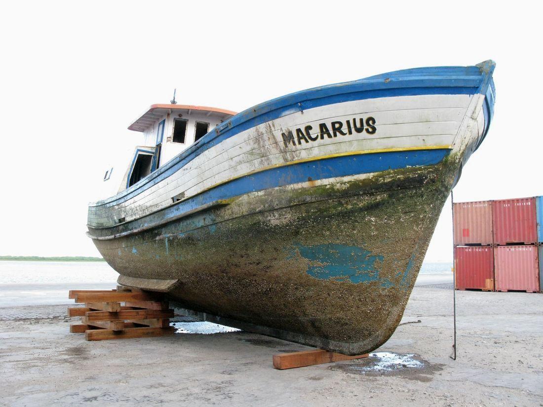 Embarcação foi removida para evitar danos ambientais. Crédito: Divulgação