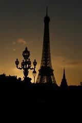 Silhouette parisienne (alansuis-ebreizh) Tags: paris toureiffel contrejour lampadaire 2010 tombedelanuit silhouetteparisienne