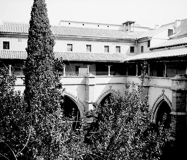 Claustro de la Catedral en septiembre de 1907. Fotografía de Petit. Société Française d'Archéologie et Ministère de la Culture (France), Médiathèque de l'architecture et du patrimoine (archives photographiques) diffusion RMN
