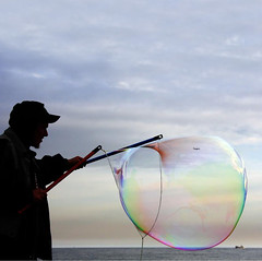 ~~ℬulle de rêve ~~ (Color-de-la-vida) Tags: blue silhouette soap bubble silueta bulledesavon colordelavida coloresarcoiris cadaemocióntieneuncolor lavidaesunarcoiris limagecolor bombolladejabón dansma~~ℬulle~~