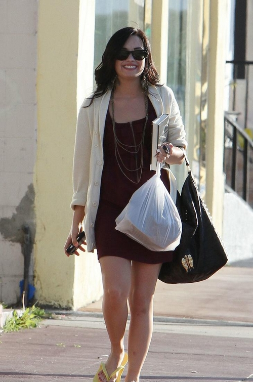 demi-lovato-pedicure-pretty-09