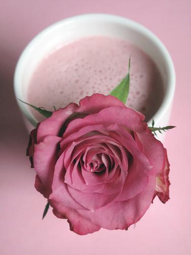 Frullato di fragole e sciroppo di rose