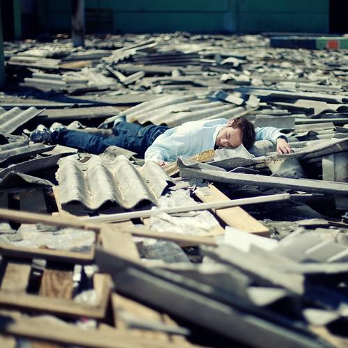 フリー画像| 人物写真| 男性ポートレイト| 外国人男性| 寝顔/寝相/寝姿| 破壊|      フリー素材|