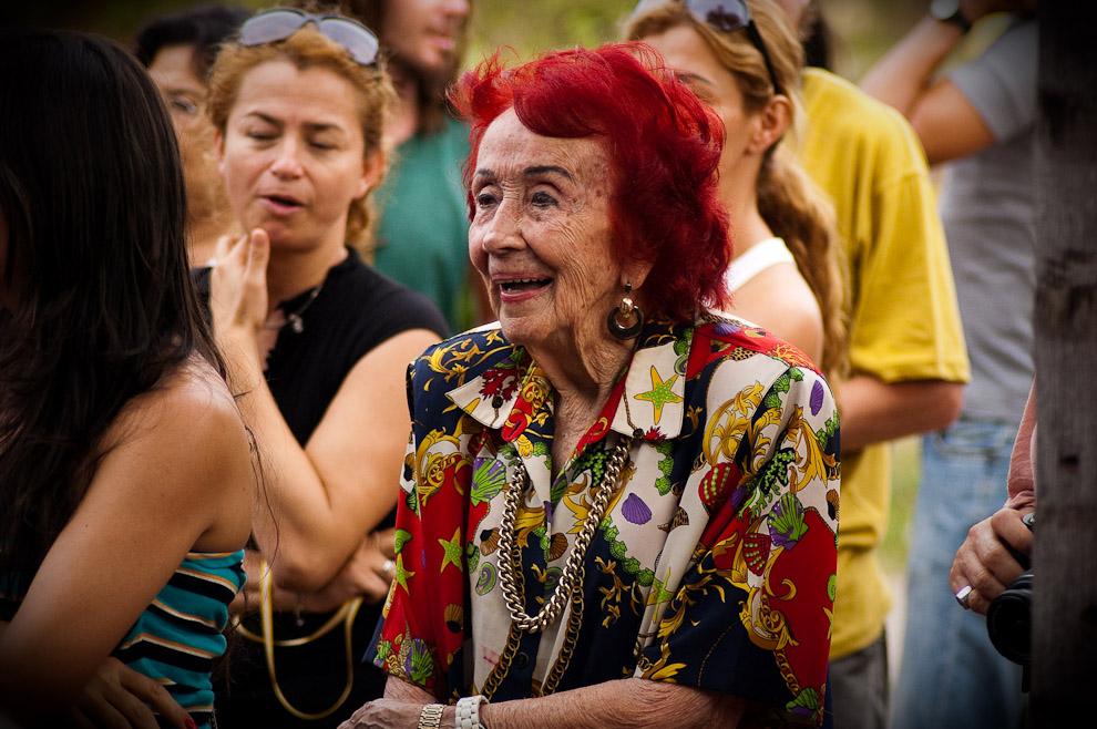 Una anciana se emociona al ver danzar a los jóvenes una pieza antigua de música que data del año 1820 como parte de la obra teatral. (Areguá, Paraguay - Elton Núñez)