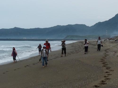 走在美麗沙灘上