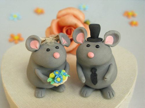 Personalized wedding cake toppers: cute chinchillas!