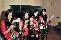 100422(1) - 女子搖滾樂團「SCANDAL」在科幻驚悚動畫《ルー= ガルー》扮演自己,於8-28進行大銀幕演唱會