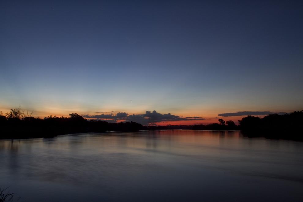 Todos los pescadores se han retirado, mientras el sol se pone en el horizonte, Río Jejuí. (Puerto La Niña, San Pedro, Paraguay - Tetsu Espósito)
