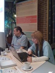 JoomlaCommunity stand waar Marijke bezig is met de Joomla 1.5.16 release