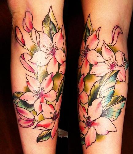 tatuagem de flor nas pernas