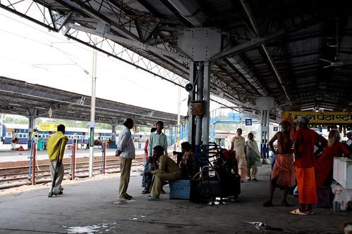長距離電車の駅で電車待ち