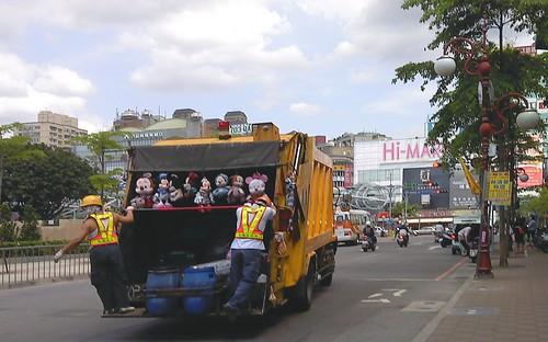 板橋捷運府中站的吊滿公仔的垃圾車
