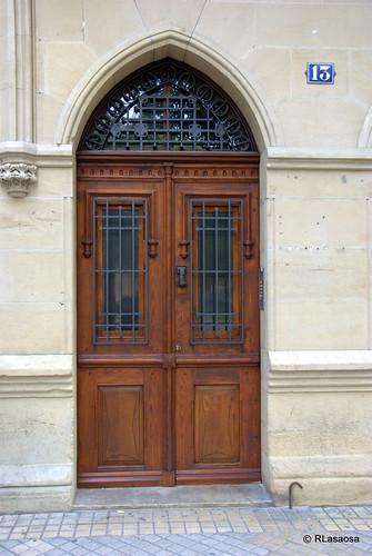 Puerta de madera en una casa de la avenida de Las Navas de Tolosa