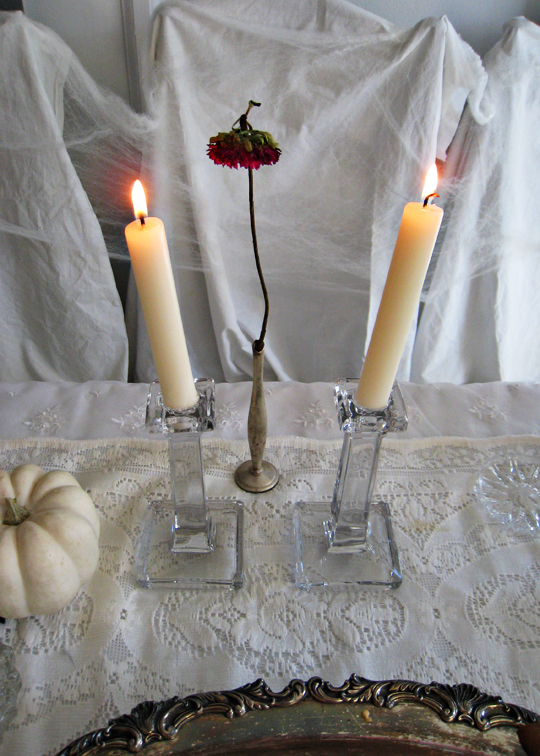 halloween decorating table ideas+wilted flower+candlesticks+white pumpkin+ghost table