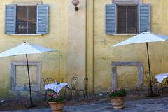 Urbino (Ale*66*) Tags: urbino marche italy street windows finestre yellow wall