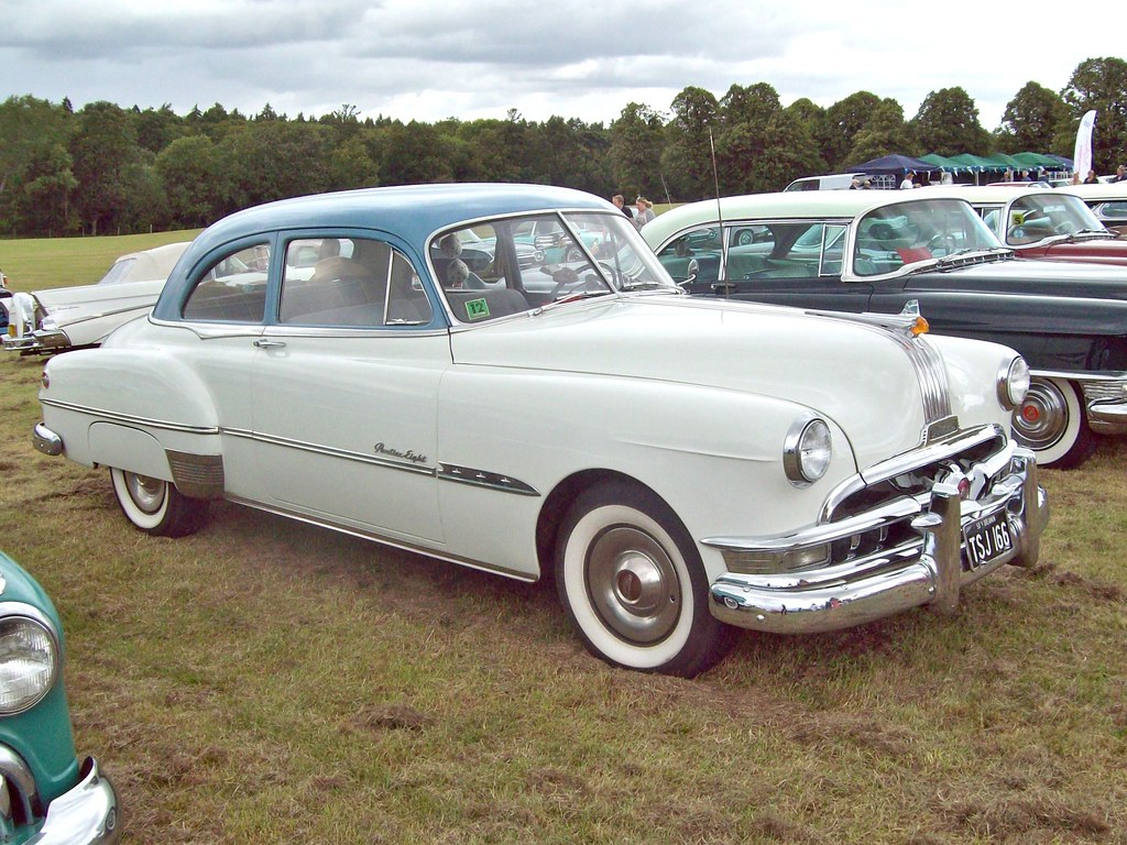 311 Pontiac Chieftan Eight Sedan (1951)