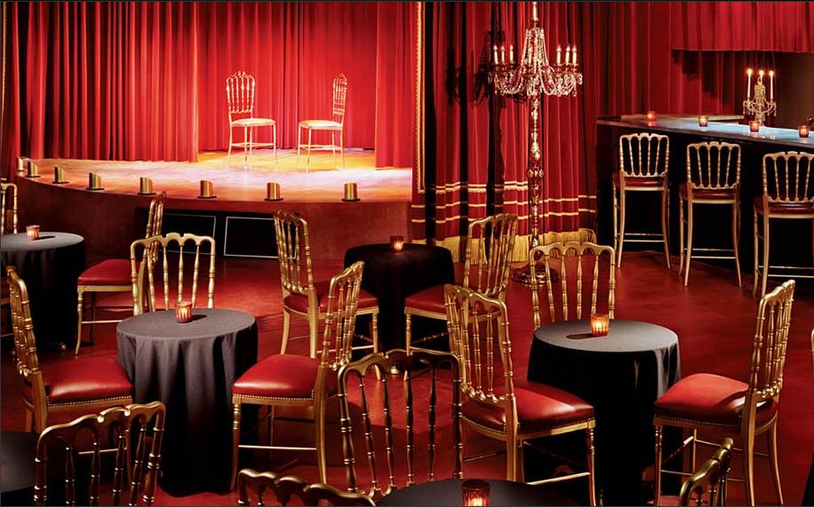 cadeiras vermelhas e douradas