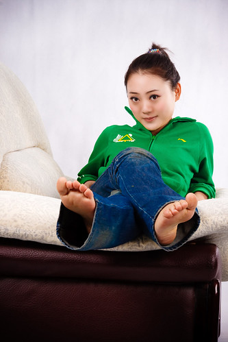 李卓 Li Zhou on the Sofa