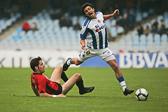 Carlos Bueno falta (envisionpublicidad) Tags: europe soccer estadio futbol sansebastian donostia anoeta gipuzkoa realsociedad carlosbueno