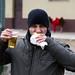 Manu si beve una birra!