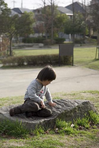 岩の上に座ったり