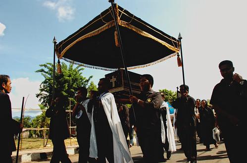 Une des processions du Vendredi Saint, au cours de laquelle une statue de Jésus enfermée dans un cercueil (Tuan Ana) est portée jusqu'à la cathédrale (www.flickr.com/tesart).