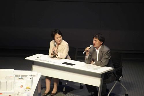 横浜市・林文子市長と日産自動車・山下光彦副社長(右)