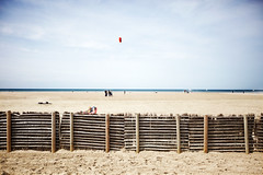 Deauville (Ronan THENADEY) Tags: blue sea sky mer kite france beach colors canon landscape sand couleurs sable bleu ciel normandie paysage vignettage plage deauville cerfvolant littoral 1635mm bassenormandie f28l francelandscapes ronanthenadey 5dmarkii