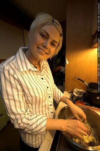 rachel kneading her meatballs - _MG_9708.dcraw