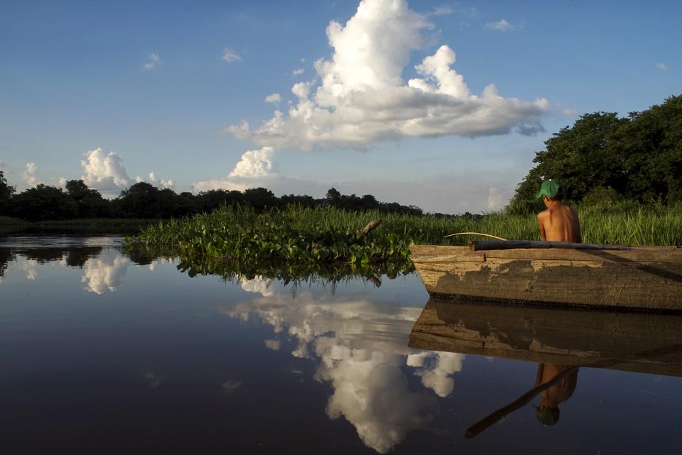 Pescando en una tarde apacible en las aguas del Rio Jejui. (Puerto La Niña, San Pedro, Paraguay - Tetsu Espósito)