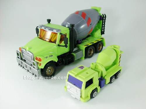 Transformers Mixmaster RotF Voyager (G1 deco) vs Mixmaster G1 - modo alterno