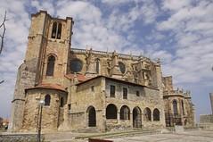 Iglesia Castro Urdiales (sapiensbostonianus) Tags: catedral iglesia nubes paisvasco castrourdiales zarautz cieloazul getaria marcantabrico guriezo espana nikond90 arquitecturamedieval riodeba lente18105mmvr debakohondartza