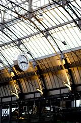 vingt heure quinze, gare de l'Est (Aurore Dechambre) Tags: paris gare lumire garedelest trainstation horloge soir heure pendule