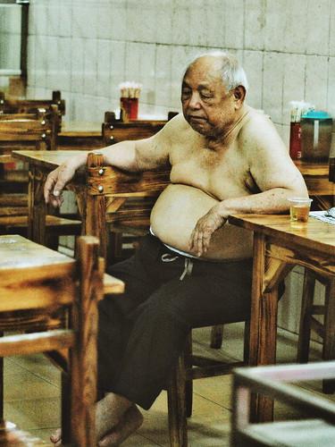餐厅老板。 Mature Adult One Person One Mature Man Only Mature Men Sitting Indoors  One Man Only Real People One Animal Chair Only Men Men Full Length Day Mammal Adults Only Adult People