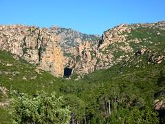 Sentier du ruisseau de Mela : au loin le canyon de Carciara (la 'porte' de Bavella)