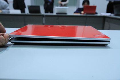 ThinkPad Edge 13 モニターの端を掴んでゆがんで持ち上げたところ