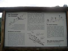 Hinweisschild bei den Erdpyramiden von Euseigne im Val d`Hrmence im Kanton Wallis in der Schweiz (chrchr_75) Tags: mountains alps nature landscape schweiz switzerland suisse hiking swiss natur berge via climbing val ralf alpen christoph svizzera landschaft wallis wandern valais 2007 klettern wanderung wanderweg klettersteig ferrata suissa landscsape 0706 erdpyramiden evolene kanton chrigu wanderwege erdpyramide euseigne chrchr kantonwallis hurni chrchr75 chriguhurni kantonvalais dhrmence albumklettersteigevolene2007 albumunterwegsindenwalliseralpen chriguhurnibluemailch