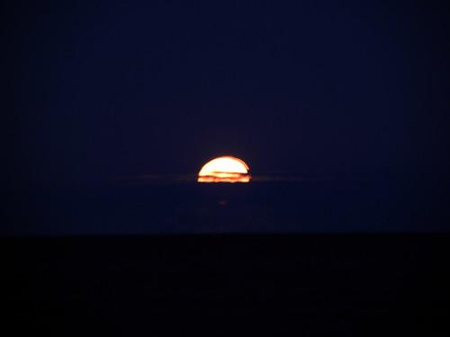 La Luna naciendo en el Mar