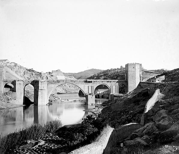 Puente de San Martín entre el 24 y el 26 de septiembre de 1899. Fotografía de Petit. Société Française d'Archéologie et Ministère de la Culture (France), Médiathèque de l'architecture et du patrimoine (archives photographiques) diffusion RMN